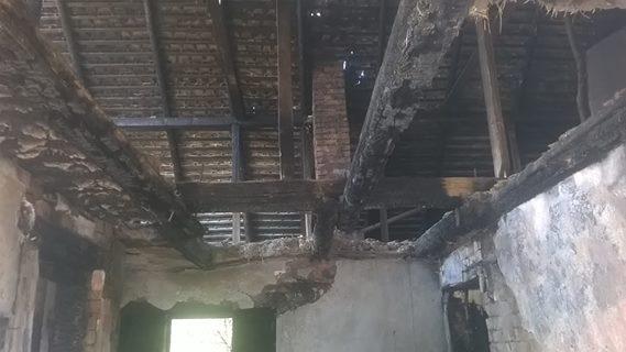 Een afgebrand huis en een baby
